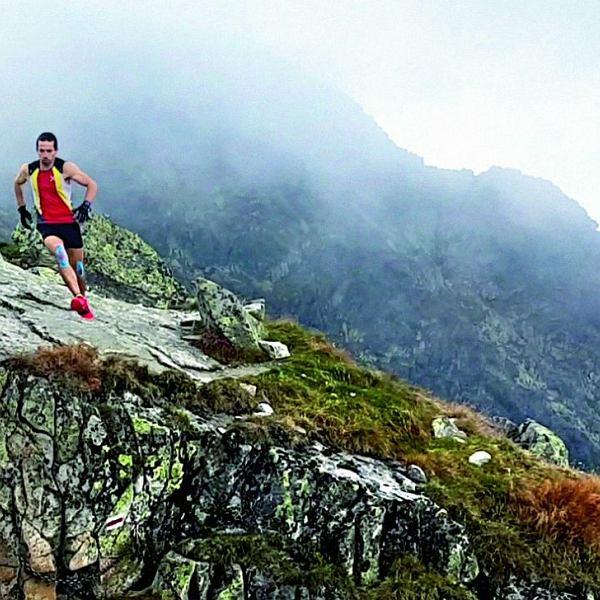 Filip Babicz biegiem pokonuje Orlą Perć