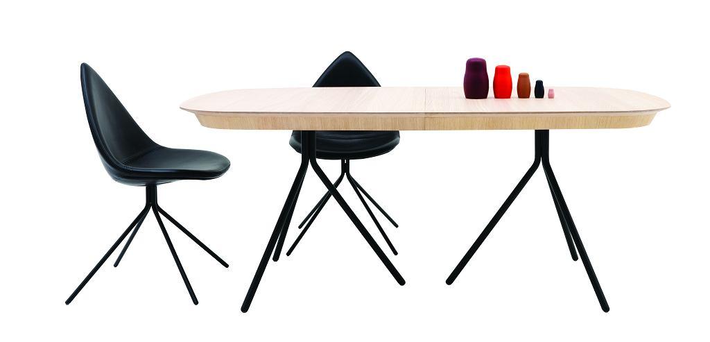 Stół z dodatkowym blatem Ottawa, projekt Karim Rashid, fornir dębowy, W74½xS240/327xG100cm, 6490,- Krzesło Ottawa, projekt Karim Rashid, W88/47xS51xG56cm, od 1495,-