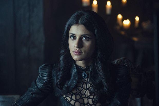 Anya Chalotra jako czarodziejka Yennefer na planie serialu 'Wiedźmin'