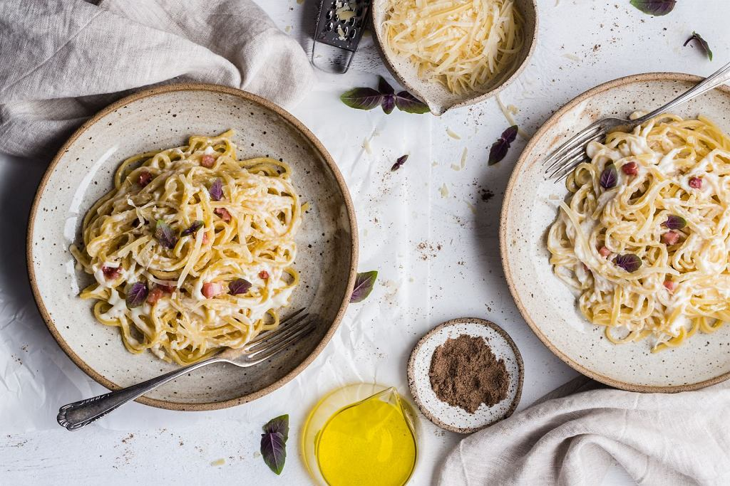 Spaghetti carbonara w tradycyjnej wersji nie zawiera śmietany, a swoją kremową konsystencję zawdzięcza dodatkowi żółtek
