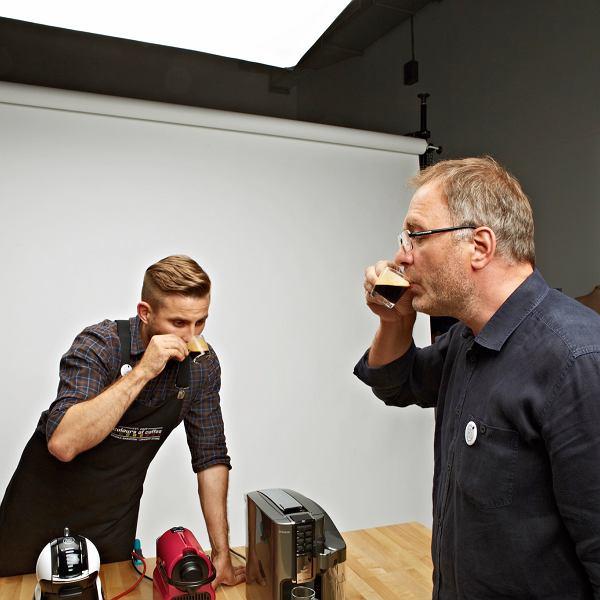 Zamknęliśmy się w studiu w piwnicy na całe popołudnie, aby spróbować kawy ze wszystkich zniesionych tam automatów.