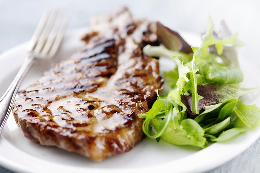 Marynata do karkówki na grilla powinna być zrobiona i użyta kilka godzin przed położeniem mięsa na rozgrzanym ruszcie