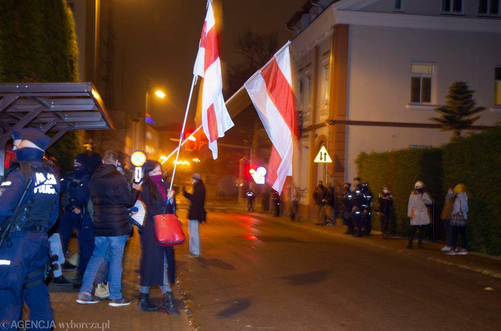 Pikieta przeciw łamaniu praw kobiet i LGBT+. Manifestanci i manifestantki dołączyli też do protestu przeciw reżimowi Łukaszenki pod białoruskim konsulatem. Białystok, 16 listopada 2020