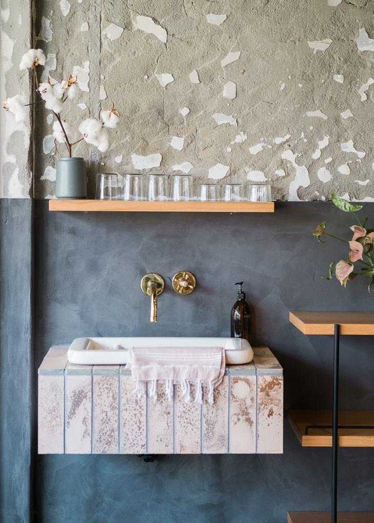 Postaw na stonowane kolory i zadbaj, by umywalka miała prostą formę