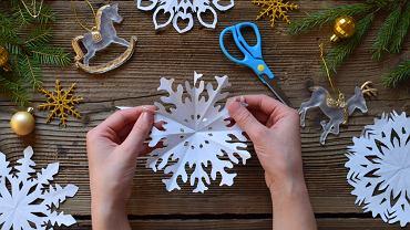 Śnieżynki z papieru można w łatwy sposób zrobić samodzielnie. Zdjecie ilustracyjne
