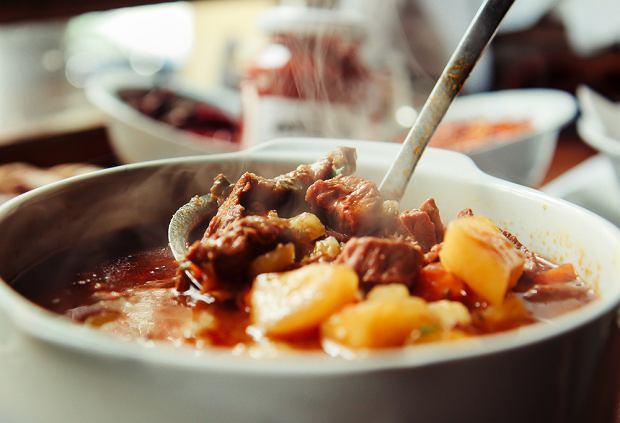 Jak zrobić zupę gulaszową? Przepis na rozgrzewającą węgierską zupę