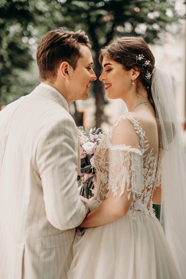 Sukienki ślubne 2021. Zdjęcie ilustracyjne