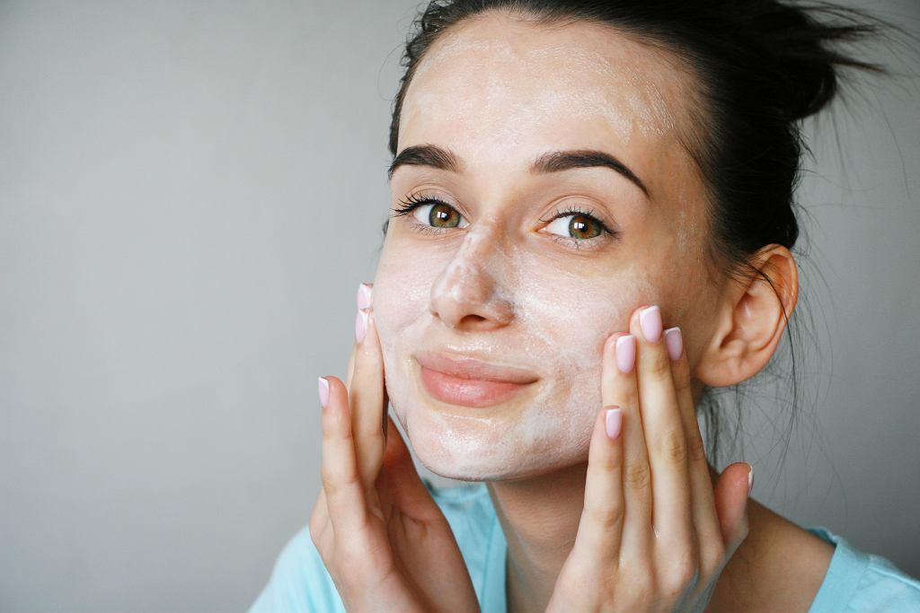 Ten tani balsam do demakijażu doskonale usuwa makijaż. To zamiennik znacznie droższych produktów