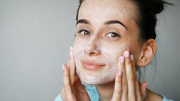 Śpiąc w makijażu nie tylko niszczysz swoją cerę. Oto 5 powodów, dla których warto wykonać demakijaż