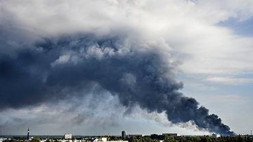 Pożar śmieci wiąże się z ogromnym zanieczyszczeniem środowiska. (Fot. Tomasz Stańczak / AG)