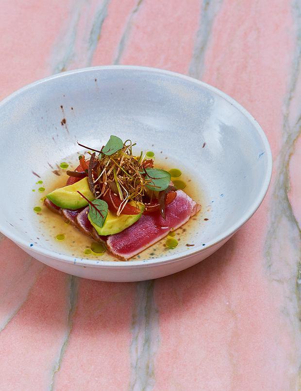 Tuńczyk - przystawkę tworzy delikatnie podsmażony tuńczyk, który wcześniej został zamarynowany wsosie sojowym zimbirem, kolendrą, limonką oraz trawą cytrynową. Ryba podana jest z bulionem dashi, zmarynowanymi awokado oraz pomidorem.