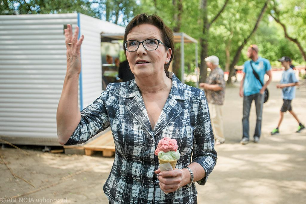 Ewa Kopacz. Briefing na plaży