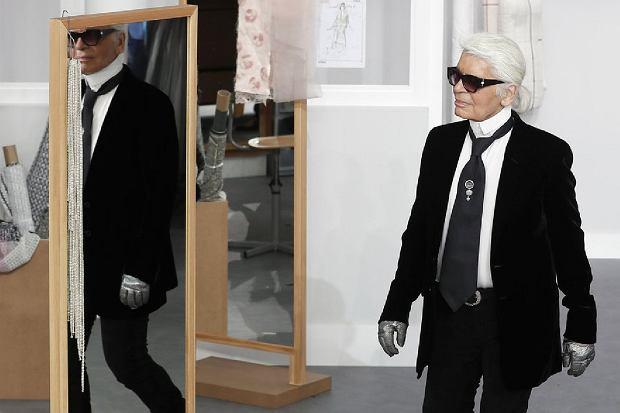Karl Lagerfeld na pokazie Chanel's Haute Couture Fall-Winter 2016-2017.