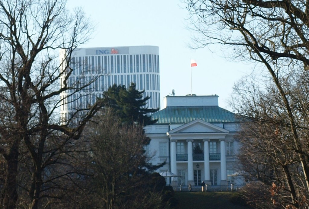 Widok na Belweder i budynek z logo banku z Łazienek Królewskich