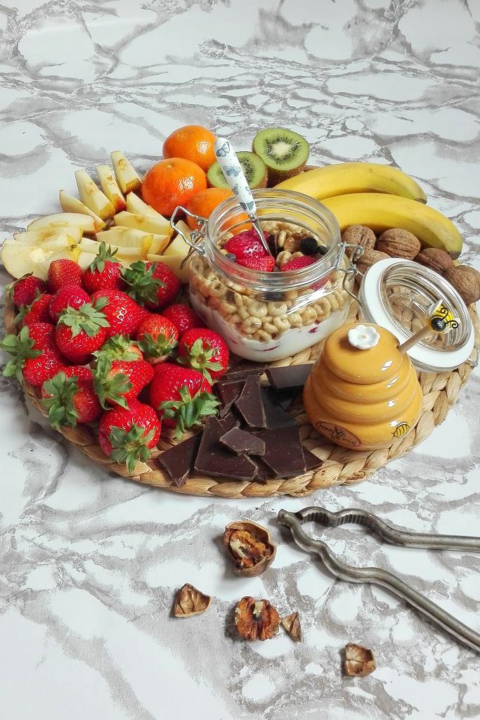 Jogurt ze zbożami, owocami, orzechy, miód i gorzka czekolada