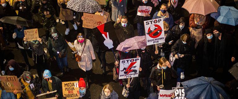 Uzasadnienie wyroku ws. aborcji. Protesty w dziesiątkach miast [LISTA]