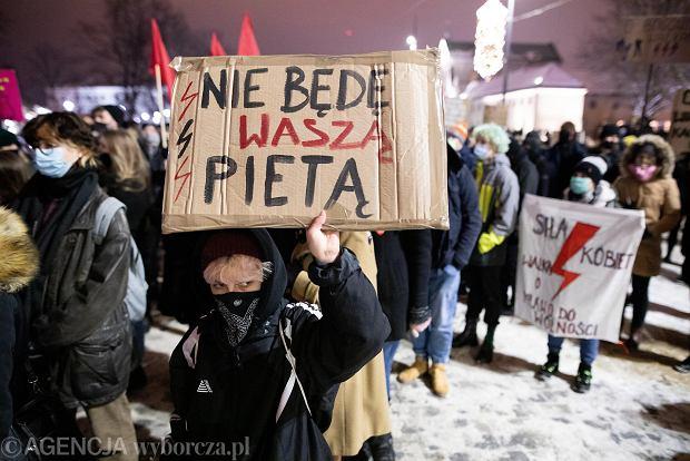 Demonstracja po werdykcie CD w sprawie aborcji.  Kilkaset osób przed biurem Pice w Laponii