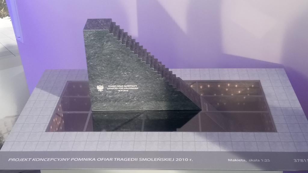 Makieta pomnika ofiar katastrofy smoleńskiej autorstwa Jerzego Kaliny