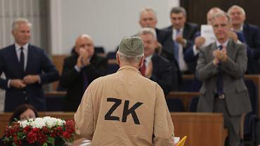 Posiedzenie Senatu w sprawie jednej z ustaw sądowych. Jan Rulewski przebrany w strój więzienny, lipiec 2017