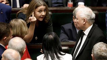 Posłanka Joanna Lichocka tłumaczy się ze swojego gestu Jarosławowi Kaczyńskiemu, Sejm, Warszawa 13.02.2020