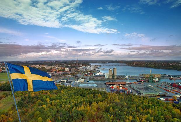 Flaga powiewająca w porcie sztokholmskim / shutterstock