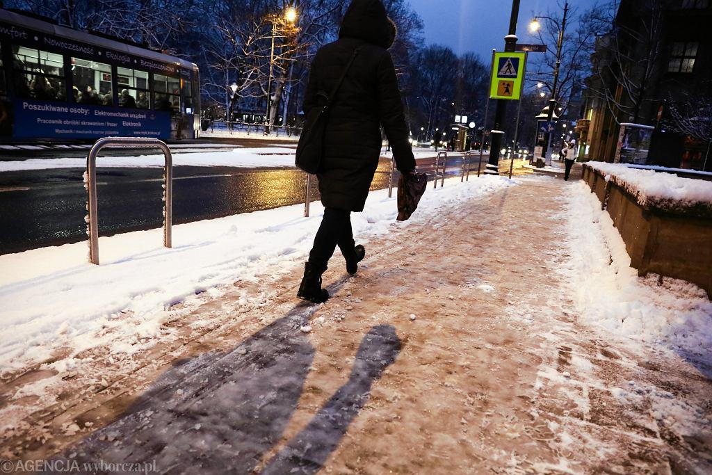 Ostrzeżenia IMGW. Wiele regionów pod znakiem marznących opadów. Zacznie też topnieć śnieg