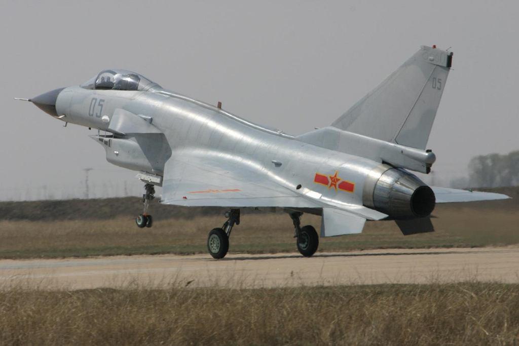 Myśliwiec Chengdu J-10. Teoretycznie chiński, faktycznie bazujący na rozwiązaniach opracowanych na potrzeby nie zrealizowanego izraelskiego myśliwca Lawi będących rozwinięciem amerykańskiego F-16. Do tego rosyjski silnik