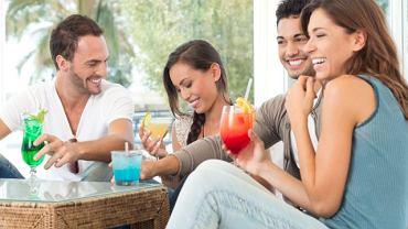 """Mała rozpusta z przyjaciółmi (z alkoholem, bądź bez) - od czasu do czasu nie zaszkodzi. Warto jednak pamiętać, jakie są konsekwencje spożywania tych """"pyszności"""". Pochłanianie pustych kalorii, problemy z zębami, cukrzyca - to tylko niektóre z nich"""