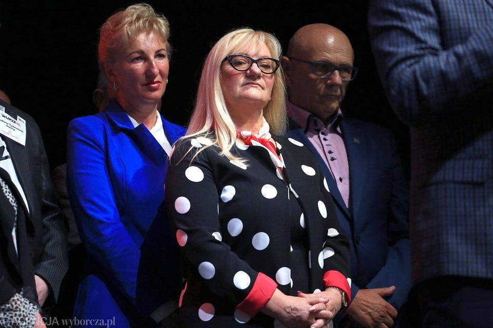Barbara Chrobak (w środku) podczas konwencji wyborczej partii Kukiz ' 15 w 2018 r.