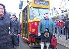 Tłumy żegnają stare tramwaje. Wśród nich Szkot w kilcie