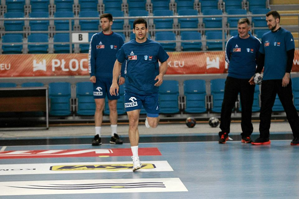 Trening piłkarzy ręcznych Orlen Wisły Płock. Na pierwszym planie Lovro Mihić, za nim Sime Ivić