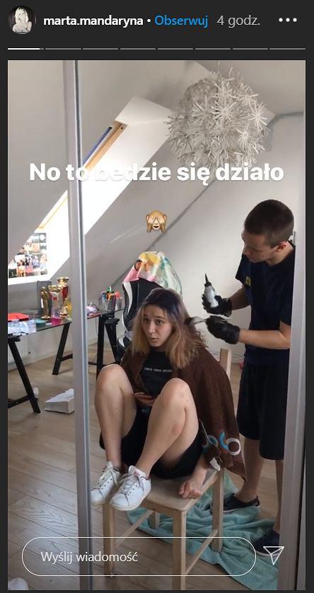 Dzieci Mandaryny malują włosy