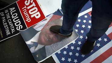 7.12.2017, Gaza. Palestyńczycy depczą portret Donalda Trumpa na wieść o jego decyzji przeniesienia ambasady USA z Tel-Awiwu do Jerozolimy.