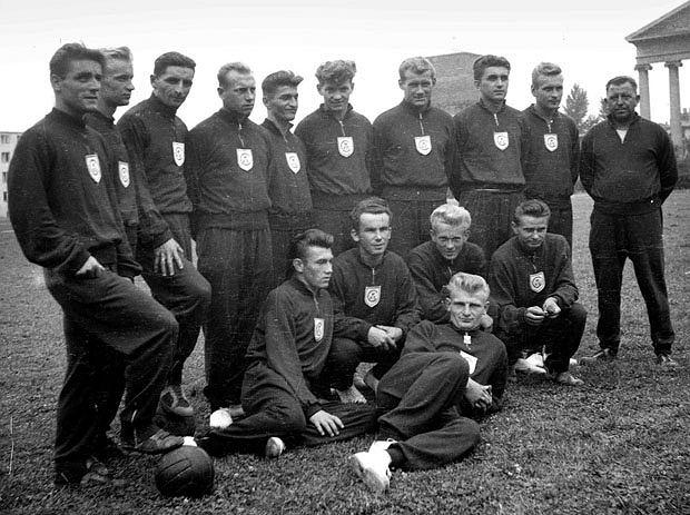 Pierwszy z prawej twórca pierwszego dubletu w historii klubu - trener Janos Steiner ze swoimi podopiecznymi na bocznym boisku Legii.