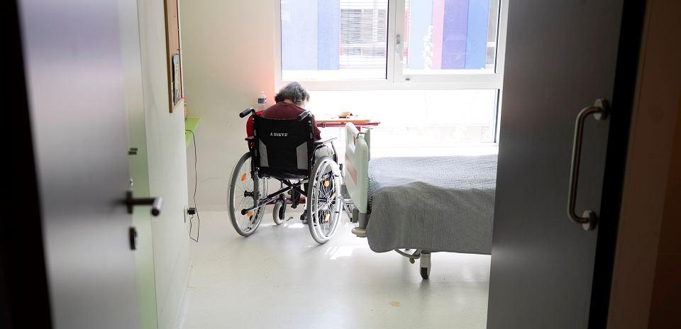Pensjonariuszka domu opieki czeka na wyniki testu na COVID-19. Bergheim, Francja, 14 kwietnia 2020 r.