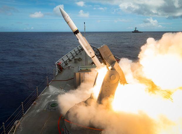 Odpalenie pocisku przeciwlotniczego SM-2 z fregaty Melbourne
