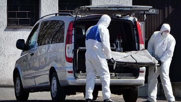 Pandemia koronawirusa. Pracownicy firmy pogrzebowej pod cmentarną kostnicą. Cmentarz Kule, Częstochowa, 6 kwietnia 2020