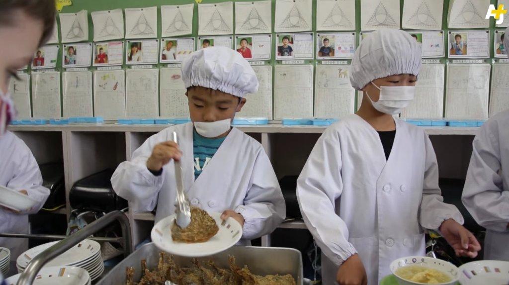 Szkoła w Japonii - serwowanie obiadu