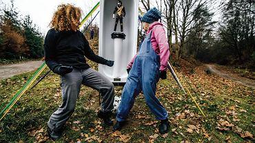 Ewa Bone i Ewa Kozubal przed figurką Michaela Jacksona w Tucznie. Piosenkarz z gipsu został najpierw wyrwany z wanny, potem zaginął (ale się odnalazł), po filmie 'Leaving Neverland' musiał ostatecznie zniknąć z rozstaju dróg