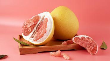 Pomelo to największy owoc z rodziny cytrusowatych, a pochodzi z Azji Południowo-Wschodniej