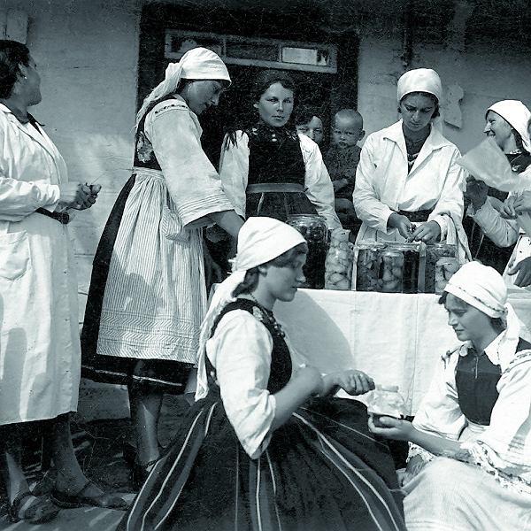 Uczestniczki kursu przygotowywania przetworów zorganizowanego przez koło gospodyń wiejskich w Kompinie, 1936 rok