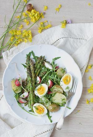 Sałatka z młodych warzyw z jajkiem
