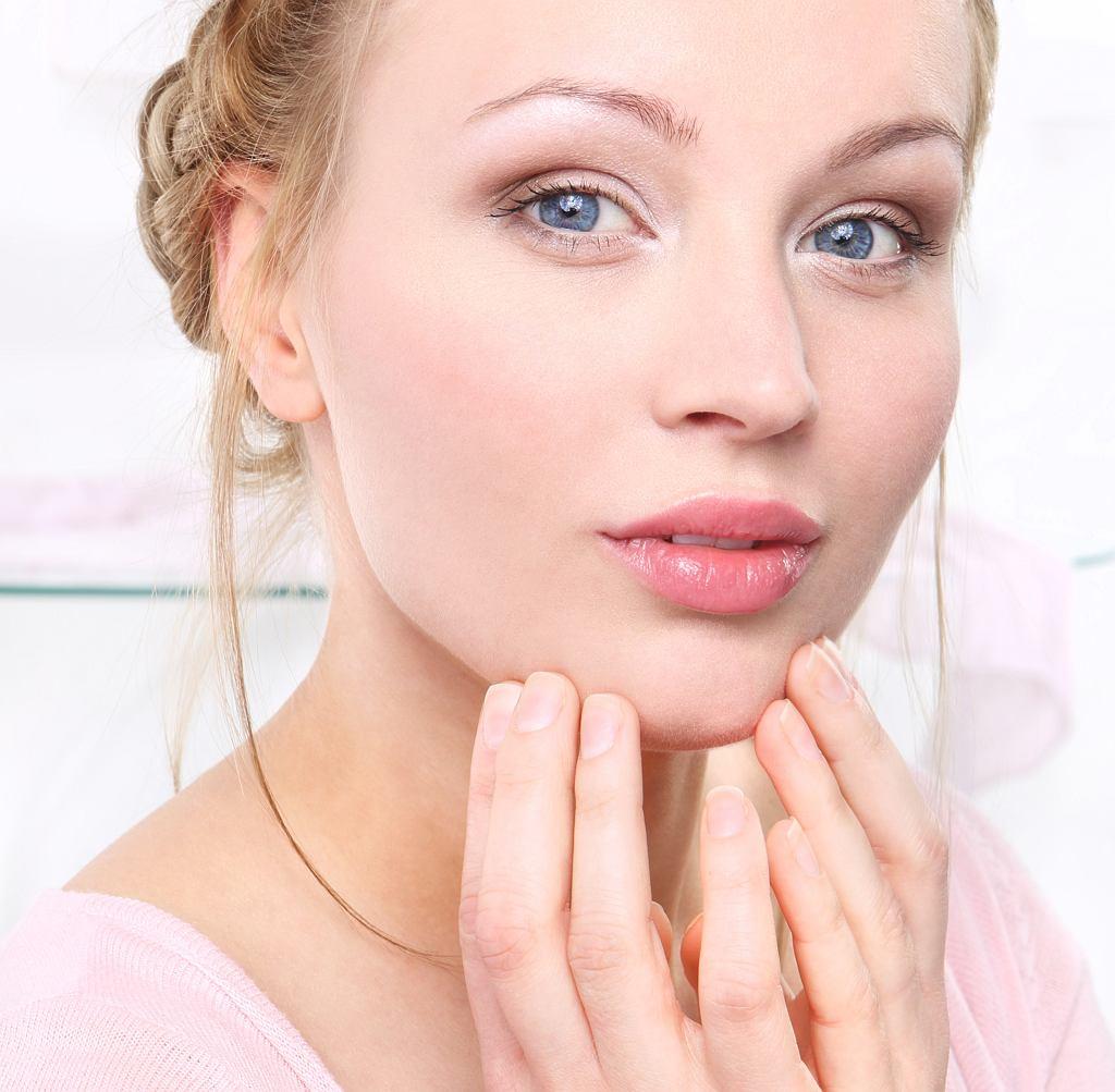 Makijaż dla opadających powiek krok po kroku