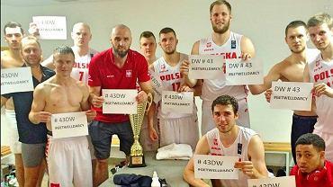 Reprezentacja koszykarzy pozdrawia Darcy'ego Warda