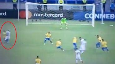 Dani Alves fauluje Serio Aguero