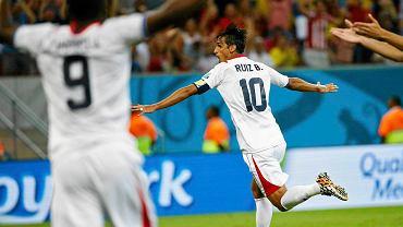 Bryan Ruiz cieszy się z gola