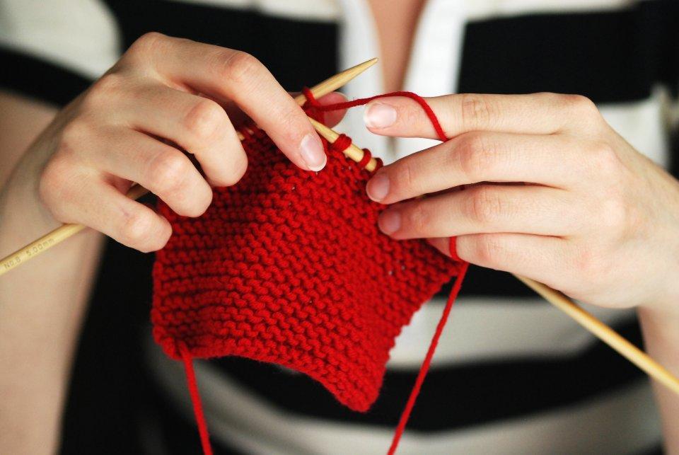 Szukasz inspiracji? Nie wiesz, od czego zacząć robienie na szydełku czy drutach? Zajrzyj do internetu. Na blogach znajdziesz porady i wzory na ubrania, koce, zabawki...
