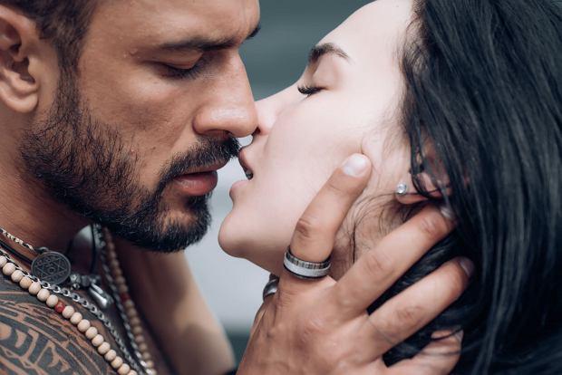 Ryziński: Moja książka stawia pytania. Np.: Jak to możliwe, że miłość między dwojgiem ludzi nie musi oznaczać wcale wyłączności w seksie? / Fot. Shutterstock.com