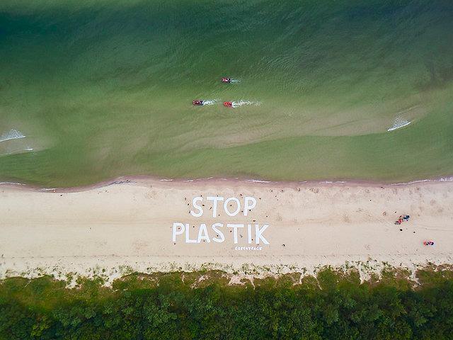 Na plaży w Kołobrzegu pojawił się 50-metrowy napis. Aktywiści apelują do ministra środowiska