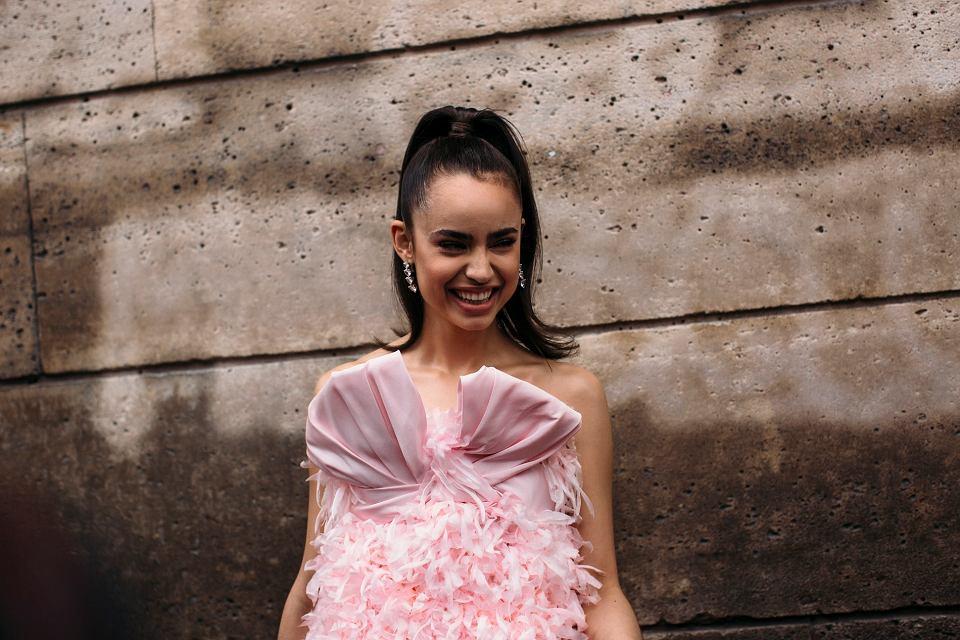 Każdy na weselu chce zrobić wrażenie. Czy te sukienki to już przesada?